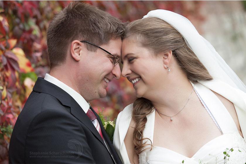 Hochzeitsfotos glückliches Brautpaar im Herbst (Hotel Schloss Friedestrom, Zons, Dormage)