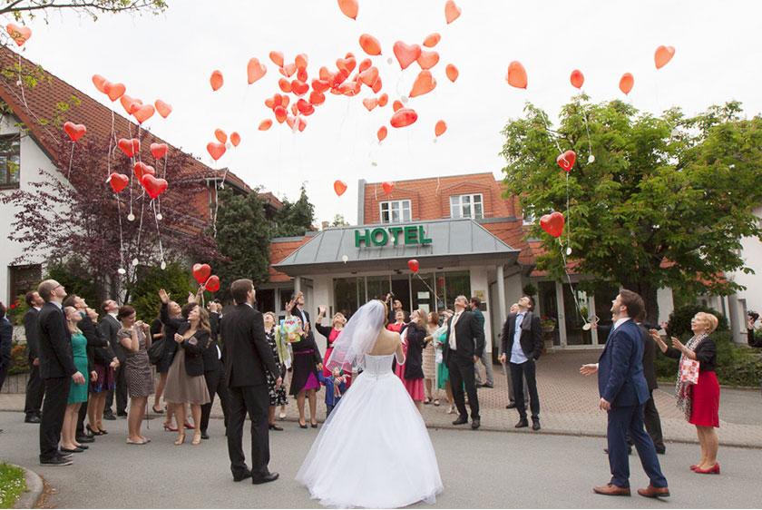 20_romantische-Hochzeitsfotos_Herzluftballons-für-Hochzeiten_Romantik-Hotel-Schwanefeld-in-Meeranebei-Zwickau-in-Sachsen_Hochzeitsfotograf-Stephanie-Scharschmidt