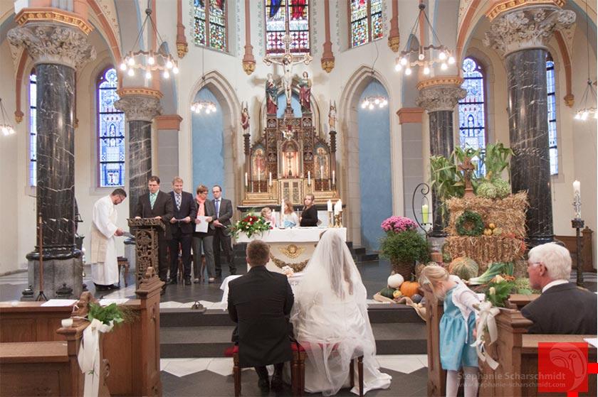 Hochzeitsfotos - fürbitten in der St. Martinus Kriche in Zons Dormagen Rhein-Kreis Neuss
