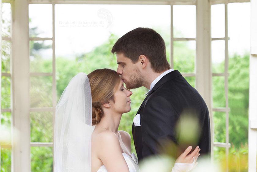 17_Verliebtes-Brautpaar-in-Hochzeitsreportage-mit-Hochzeitsalbum-Schloss-Waldenburg_Sachsen_Hochzeitsfotograf-Stephanie-Scharschmidt