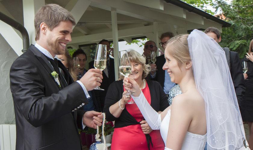 24_Hochzeitsfotos-Sektempfang-Romantik-Hotel-Schwanefeld-in-Meerane-bei-Zwickau-in-Sachsen_Hochzeitsfotograf-Stephanie-Scharschmidt