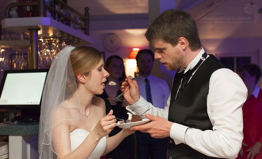 31_Hochzeitstorte-im-Romantik-Hotel-Schwanefeld-in-Meeranebei-Zwickau-in-Sachsen_Hochzeitsfotograf-Stephanie-Scharschmidt