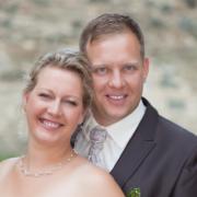Hochzeitsfeier in Zwickau mit natürlicher Jute-Dekoration, grünen Akzenten und Hochzeitsalbum aus Holz, Brautpaarfotos auf der Schlossruine Hartenstein – jetzt anschauen Hochzeitsfotograf Zwickau