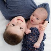 Neugeborenenfotos mit Geschwisterkinder – Fotostudio für Neugeborene in Plauen – Stephanie Scharschmidt Neugeborenenfotograf Plauen
