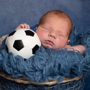 Neugeborenen Fotos Junge mit Fußball